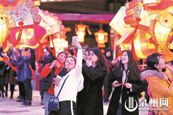市民畅游在东海泰禾广场灯海里 (陈晓东 摄)