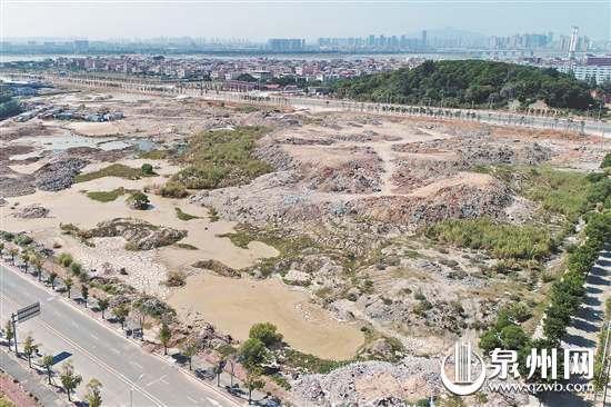 空地上大量建筑垃圾堆积令人触目惊心
