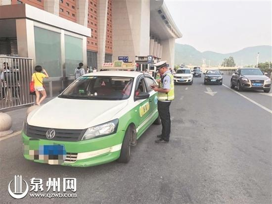 昨日,交警部门加强对火车站二楼出发层的巡查。