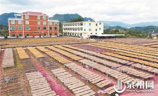 中国香都香品产业园内,每逢晴天,工厂都要忙碌着制作香品。