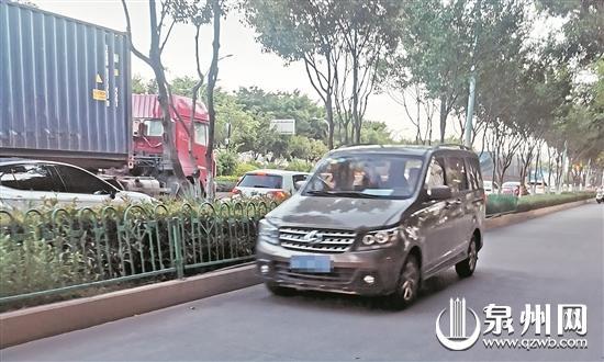 市区冠亚凯旋门至火车站路段,半个小时就有15辆小车在非机动车道逆行。