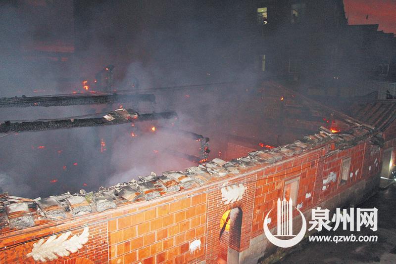 大火发生在凌晨时分,火势凶猛。