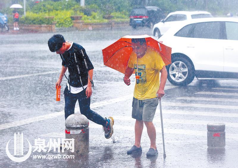 过了马路,小伙把手中的雨伞留给大叔,自己带着伞套离开。