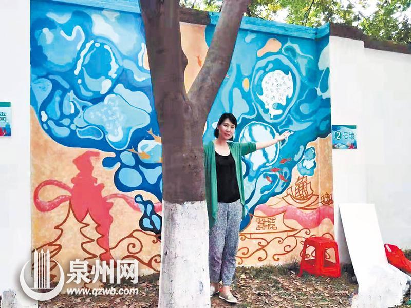 树、人、墙绘和谐地处于一个画面中。