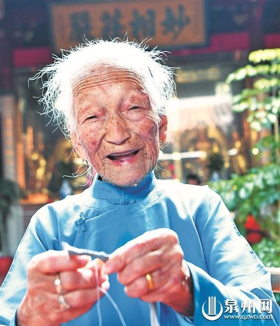 《百岁老人喜上眉梢》(福州日报黄立新摄)男v老人西服图片